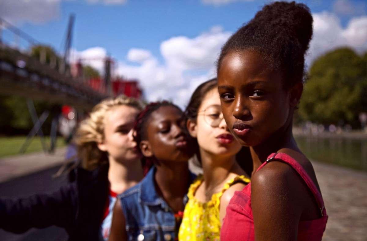 Die elfjährige Amy (Fathia Youssouf, re.) ist Teil einer Mädchenclique. Foto: Netflix