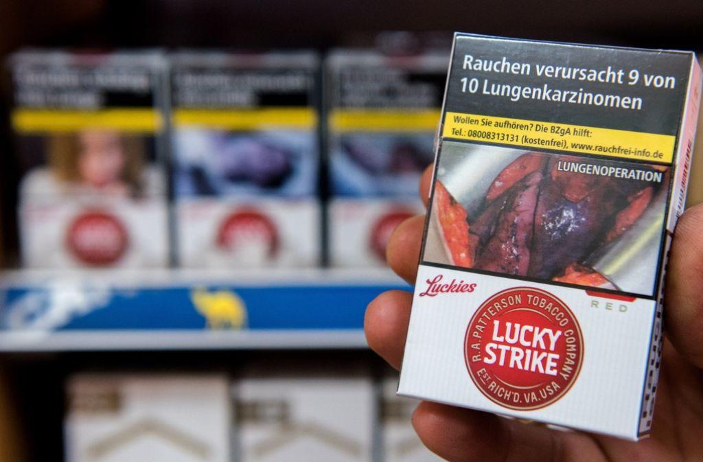 Das Foto auf der Zigarettenschachtel zeigt die Operation einer Raucherlunge. Die Bildergalerie zeigt abgebildete Motive. Foto: dpa