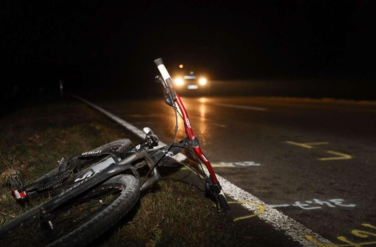 Ein Fahrrad liegt im Straßengraben der Bundesstraße 27, auf der zahlreiche Markierungen für die Unfallaufnahme zu sehen sind. Ein zwölf Jahre alter Radfahrer ist auf der sogenannten Nordumfahrung von Rottweil bei einem Unfall mit einem Auto tödlich verletzt worden. Foto: dpa/Andreas Maier