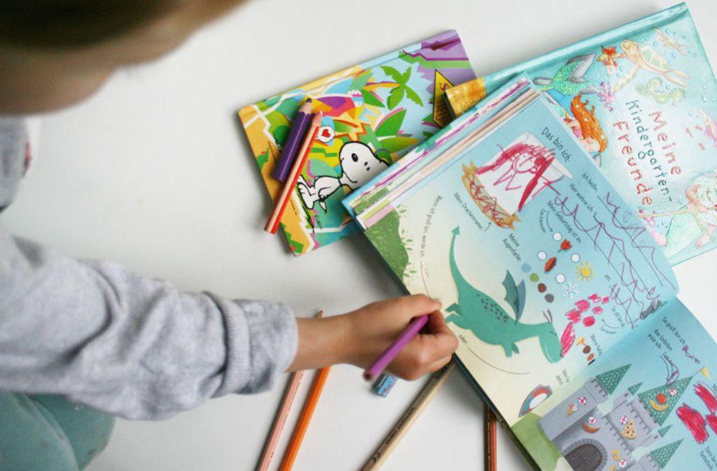 Immerhin kann das Kind etwas in die Bücher kritzeln. Foto: Julia Marre