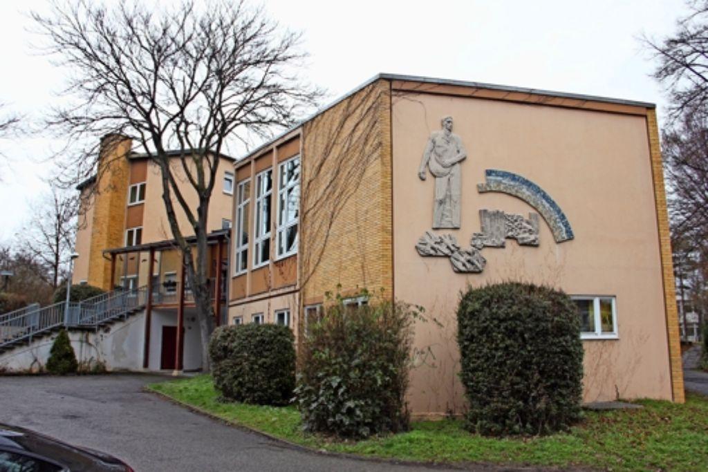 """Im Gebäude  aus den 1950er Jahren sind unter anderem Wohngruppen sowie  die """"Hilfen  zur Erziehung"""" untergebracht. Foto: Bernd Zeyer"""
