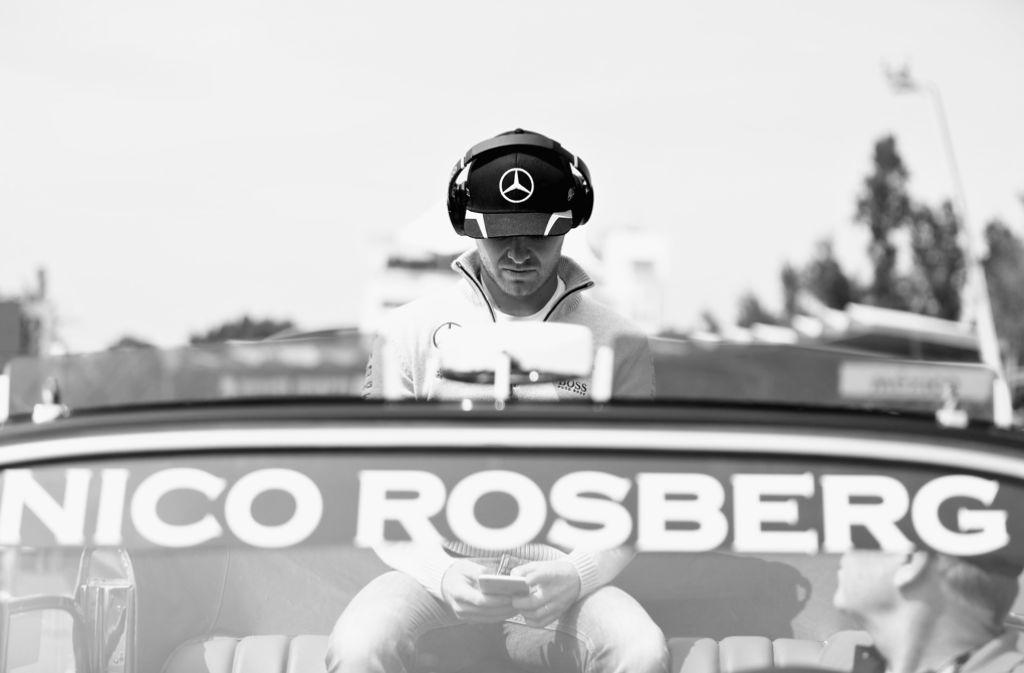 Höchste Konzentration: Statt sich vom Publikum feiern zu lassen, bereitete sich Nico Rosberg mental auf das Rennen vor. Foto: Getty