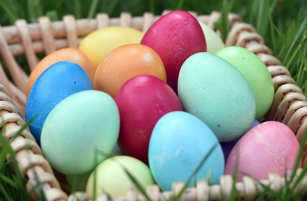 Spezielle Eierfarben aus dem Handel wie Brausetabletten, bunte Stifte oder Malkästen sind Verbraucherschützern zufolge meist unbedenklich. Foto: dpa