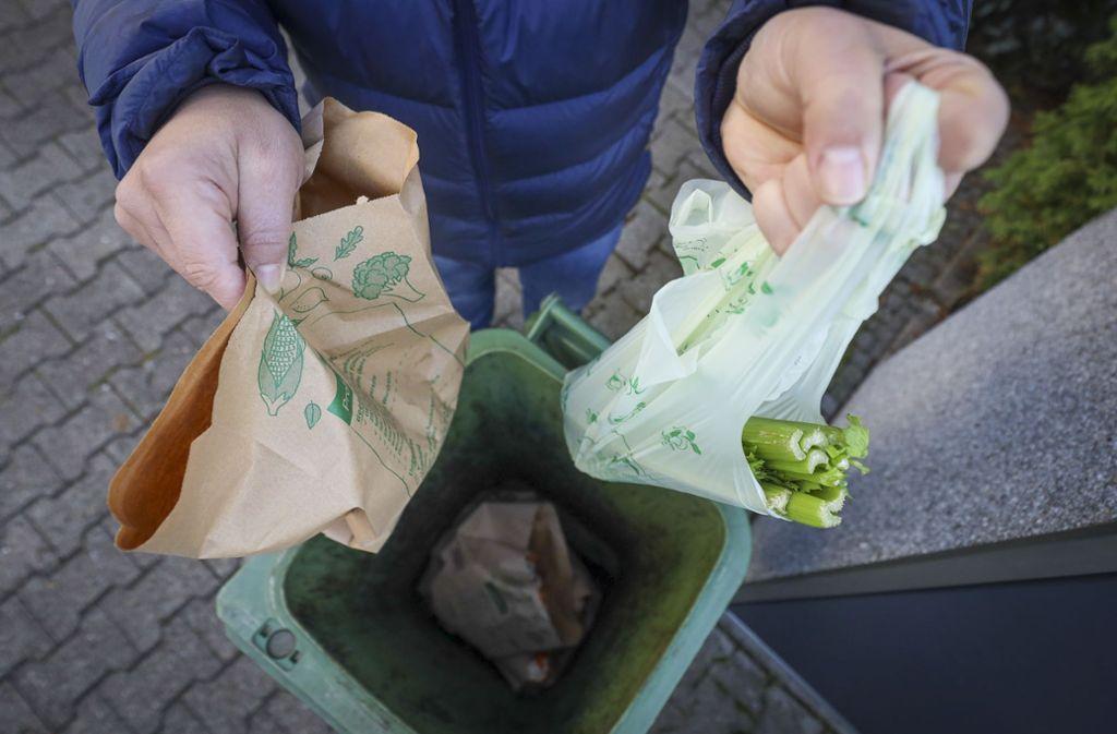 In der Region Stuttgart sollen nur Papiertüten oder Zeitungspapier in die Biotonnen. Foto: factum/Simon Granville