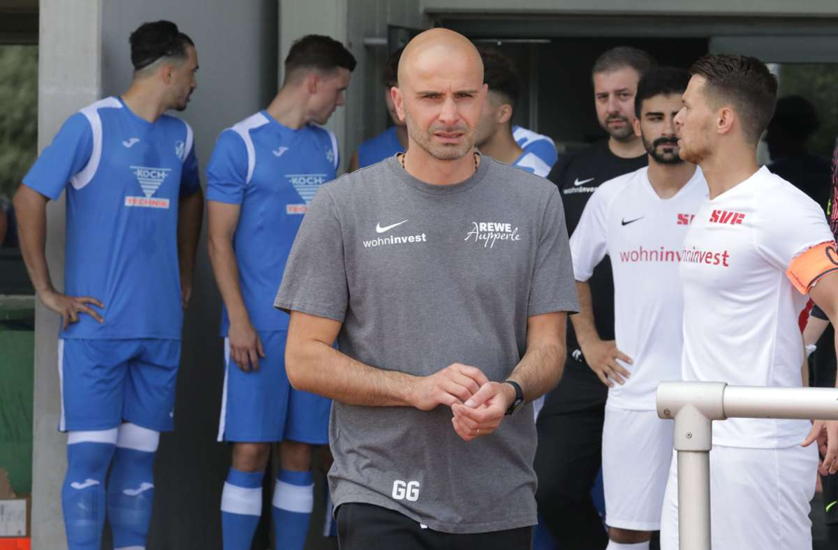 Die  gastgebende Mannschaft  um den Trainer Giuseppe Greco empfängt den FC Holzhausen. Foto: Patricia Sigerist