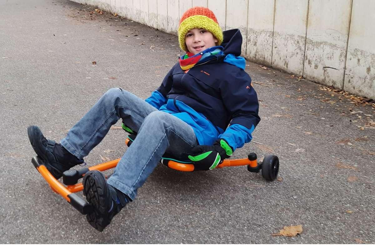 Lennart (9) vertreibt sich die Zeit auf seinem Ezyroller. Foto: privat
