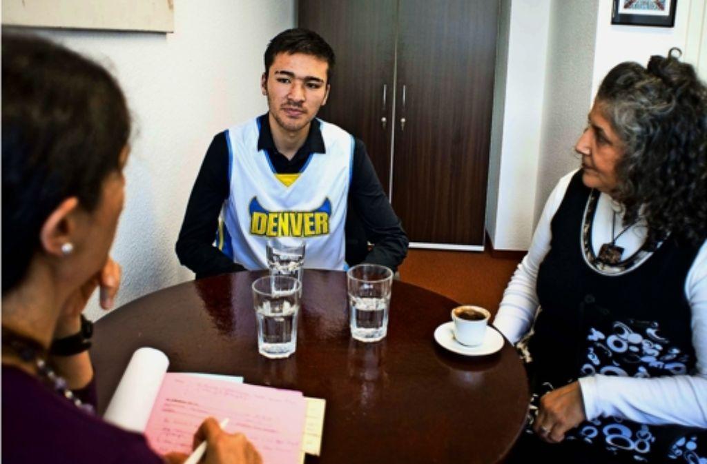 Bei der Therapiesitzung  mit diesem  jungen Afghanen bei PBV Stuttgart wird die Psychologin Myriam Parisse (links) von einer  Dolmetscherin unterstützt. Foto: Lichtgut/Max Kovalenko