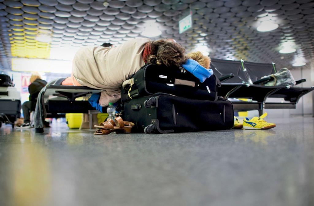 Erschöpfte Urlauber warten am Donnerstag in Hannover auf die nächstmögliche Verbindung,  nachdem ihr Tuifly-Flug am Morgen nach Antalya kurzfristig gestrichen wurde. Foto: dpa