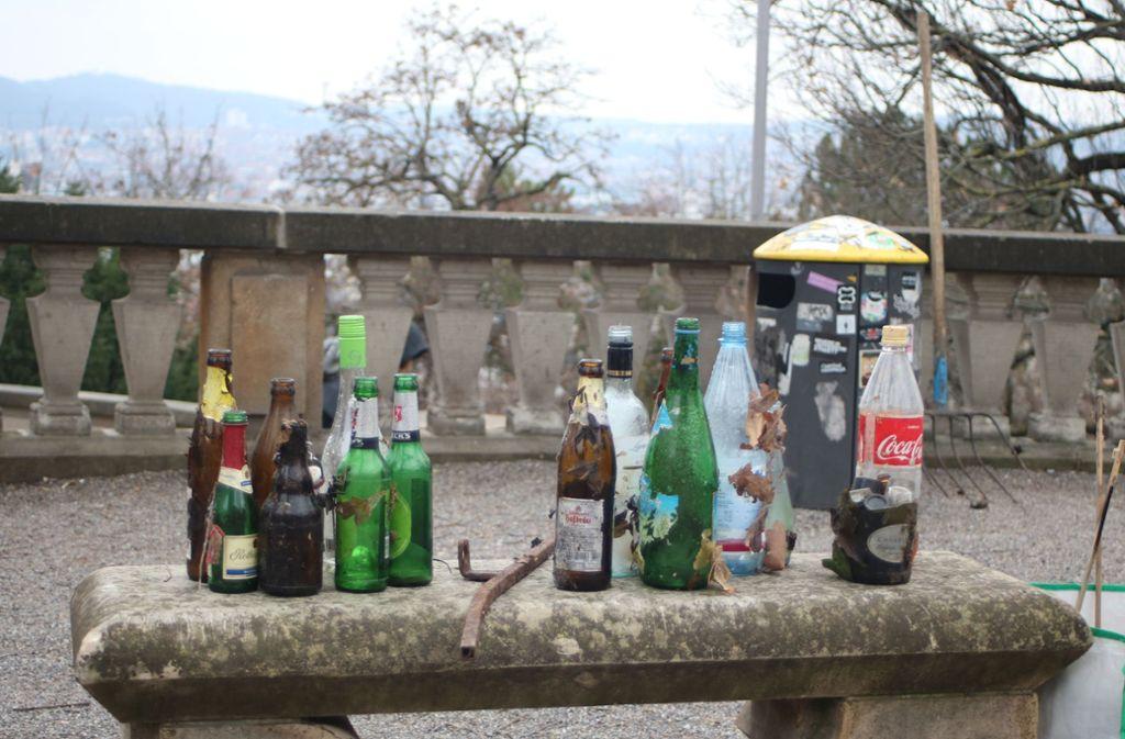 Flaschen, Zigarettenstummel und manch Skurriles: Die Helfer machen den Eugensplatz sauber. Foto: Julia Schenkenhofer