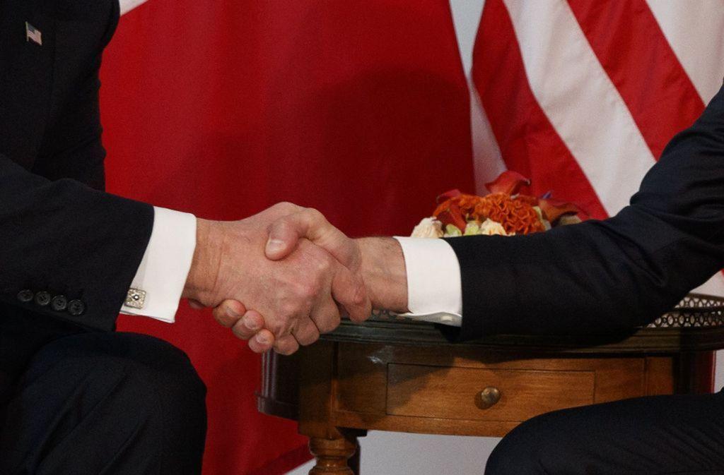 """Legendärer Handschlag:  Beim offiziellen Shakehands am 26. Mai 2017 in der US-Botschaft in Brüssel hatte Frankreichs Staatspräsident  Macron die Hand von US-Präsident Donald Trump fest im Klammergriff. """"Trump wollte einfach nur seine Hand wiederhaben"""", twitterte damals Steve Holland, Korrespondent der Nachrichtenagentur Reuters. Foto: AFP"""