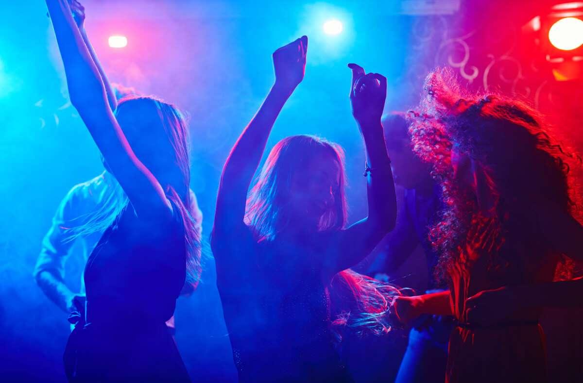 In diesem Artikel erfahren Sie, was die 2G-Regelung in Baden-Württemberg für Clubs und Diskotheken bedeutet. Foto: Pressmaster / Shutterstock.com