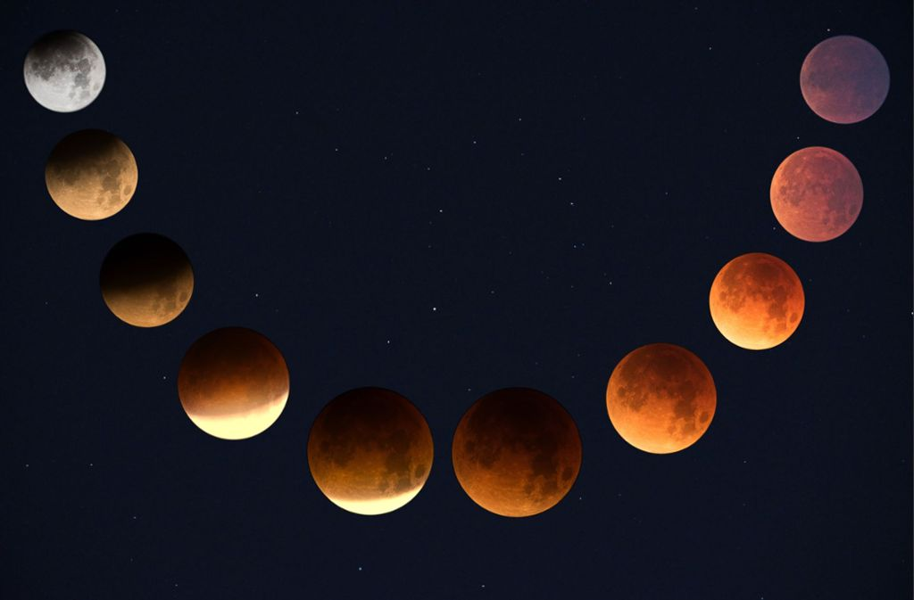 Gegen 23.30 Uhr sind knapp zwei Drittel des Mondes vom rötlichen Erdschatten bedeckt. Foto: Unsplash