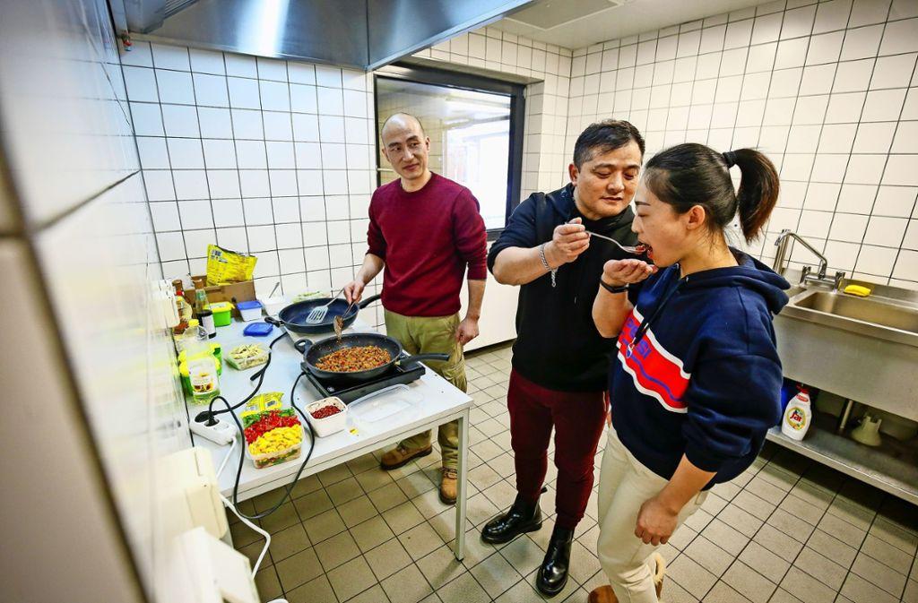 Der Koch Liu Yu lässt probieren, ob das Gericht  scharf genug ist. Foto: factum/Granville