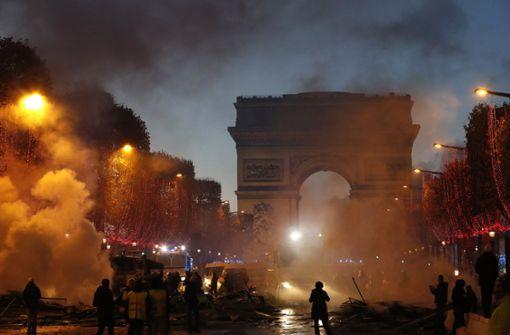 Macron nennt gewaltsame Proteste gegen seine Steuerpolitik beschämend