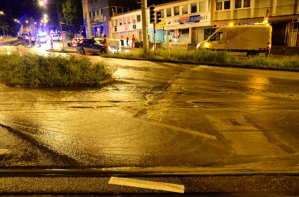 Nach einem Wasserrohrbruch am Olgaeck bleibt die Hohenheimer Straße in Stuttgart vorerst gesperrt - wahrscheinlich bis Ende Juni. Foto: Friebe PR
