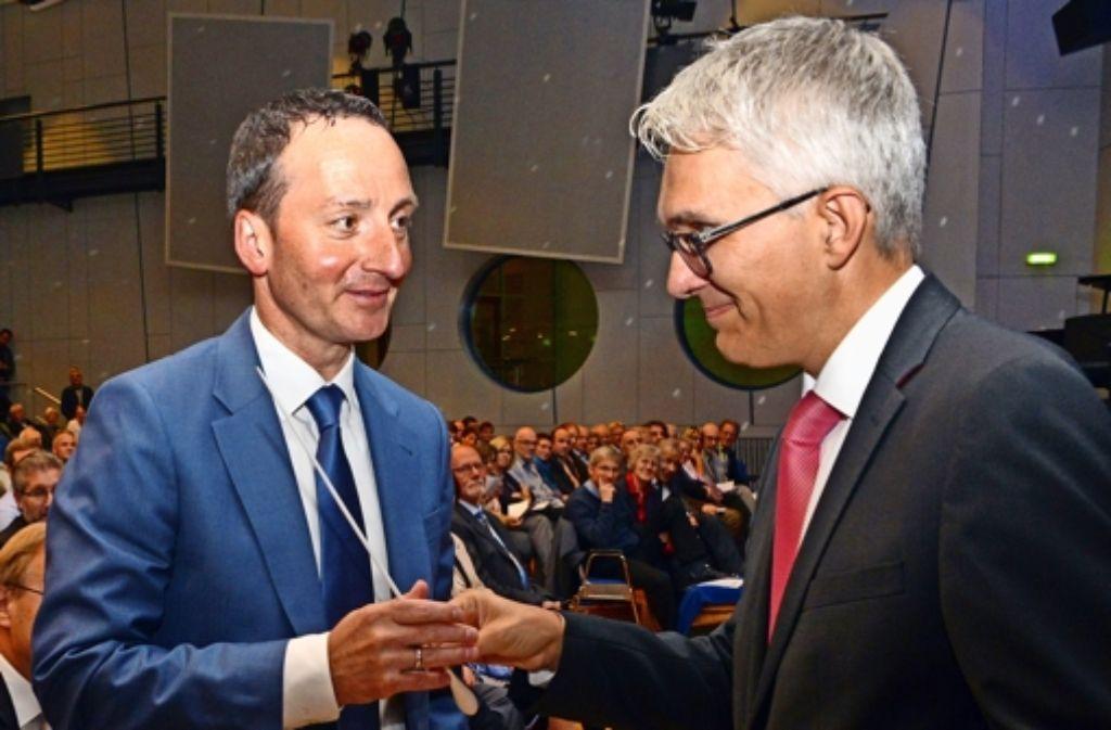 Erhält vor vollem Haus den Taktstock: Neu-OB Christoph Traub (links) mit  dem Filderstädter Ersten Bürgermeister Andreas Koch. Foto: Norbert J. Leven