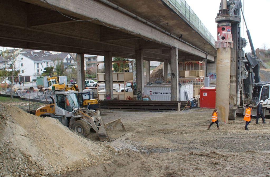 Die Arbeiten an der Brücke, über die die B27 führt, dauern nun schon einige Wochen. Foto: SDMG/SDMG / Gress