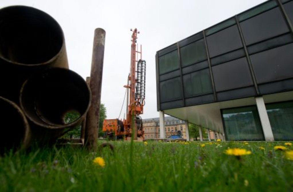 Am Stuttgarter Landtagsgebäude haben die ersten Arbeiten für den Umbau begonnen. Bis Ende der Woche werden bei Bohrungen Proben genommen, um den Baugrund zu untersuchen. Foto: dpa