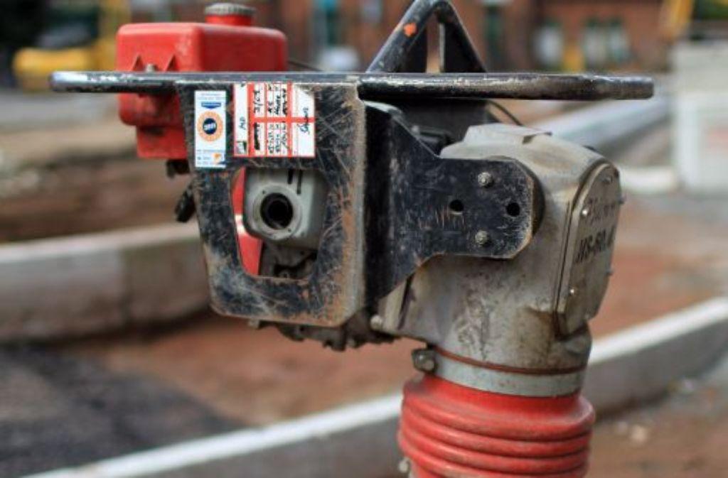 Ein Hausbesitzer wollte mit einem Presslufthammer seinen Balkon abreißen - und stürzte mit ab. Foto: dpa-Zentralbild