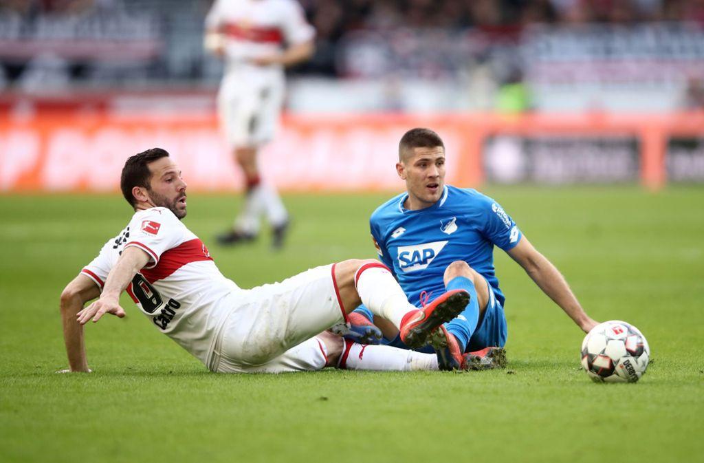 Gonzalo Castro vom VfB Stuttgart im Zweikampf mit Vizeweltmeister Andrej Kramaric. Foto: Bongarts