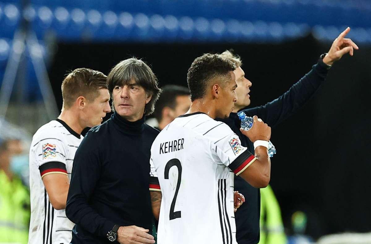 Joachim Löw und seine Spieler hatten wenig Reisestress auf dem Weg nach Basel Foto: dpa/Christian Charisius
