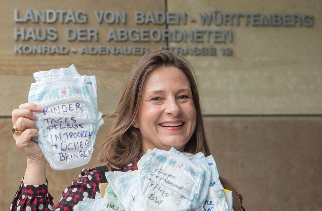 Die Vorsitzende der Tagesmütter in Baden-Württemberg, Christina Metke, protestiert in Stuttgart  mit beschrifteten Windeln vor dem Abgeordnetenhaus des baden-württembergischen Landtages. Foto: dpa