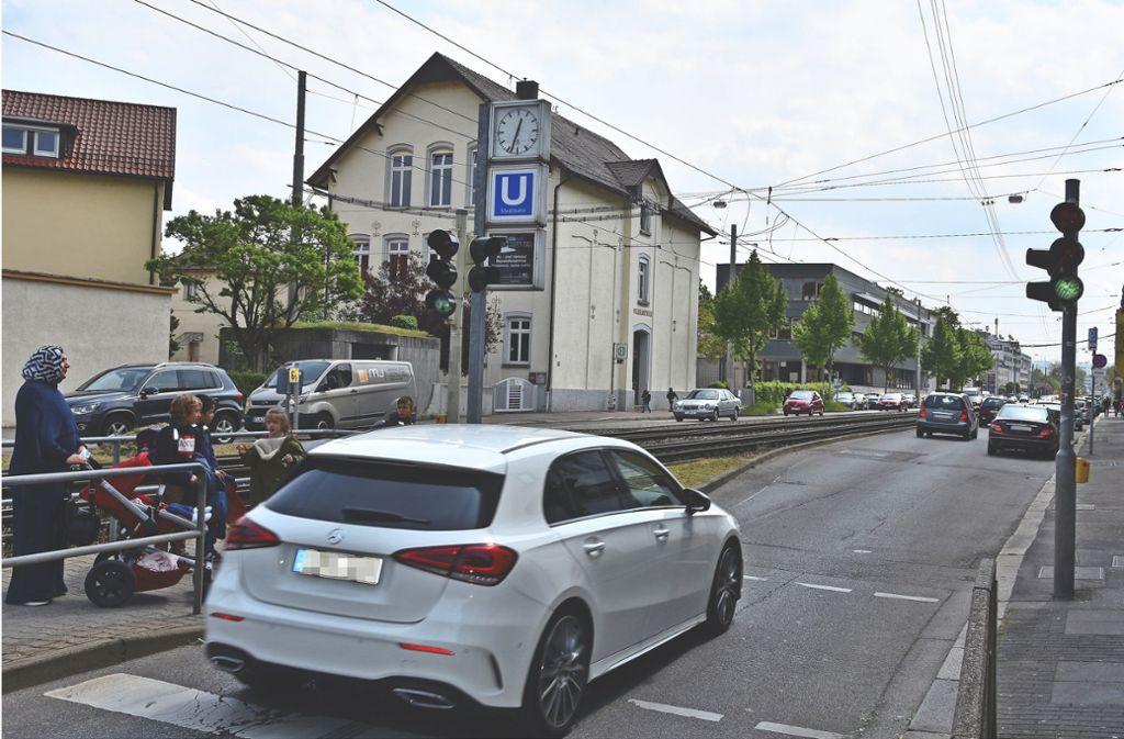 Der Fußgängerüberweg am Marktplatz birgt Risiken für junge Schüler. Eltern fordern Tempo 30. Foto: Mathias Kuhn