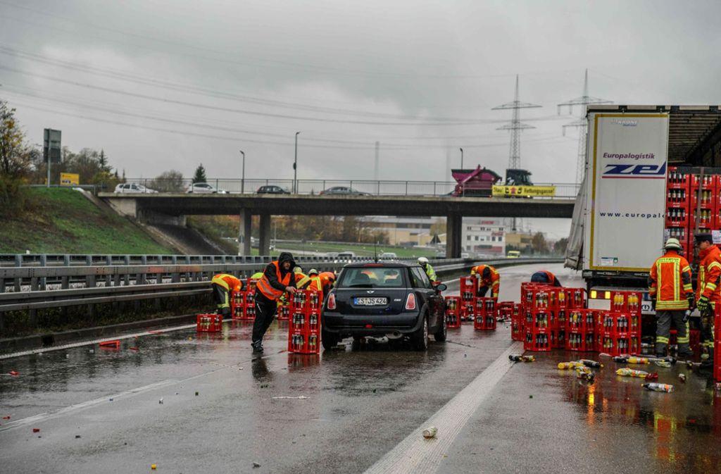 Zwei Autos wurden durch die herabfallenden Getränkekisten beschädigt. Foto: /SDMG/Kohls