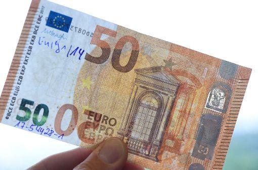 Den Kumpel in Falschgeldgeschäfte hineingezogen