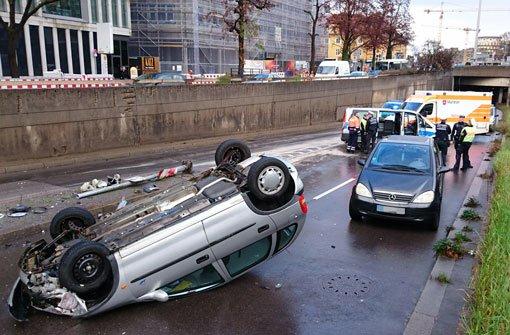Abgedrängt - Auto überschlägt sich