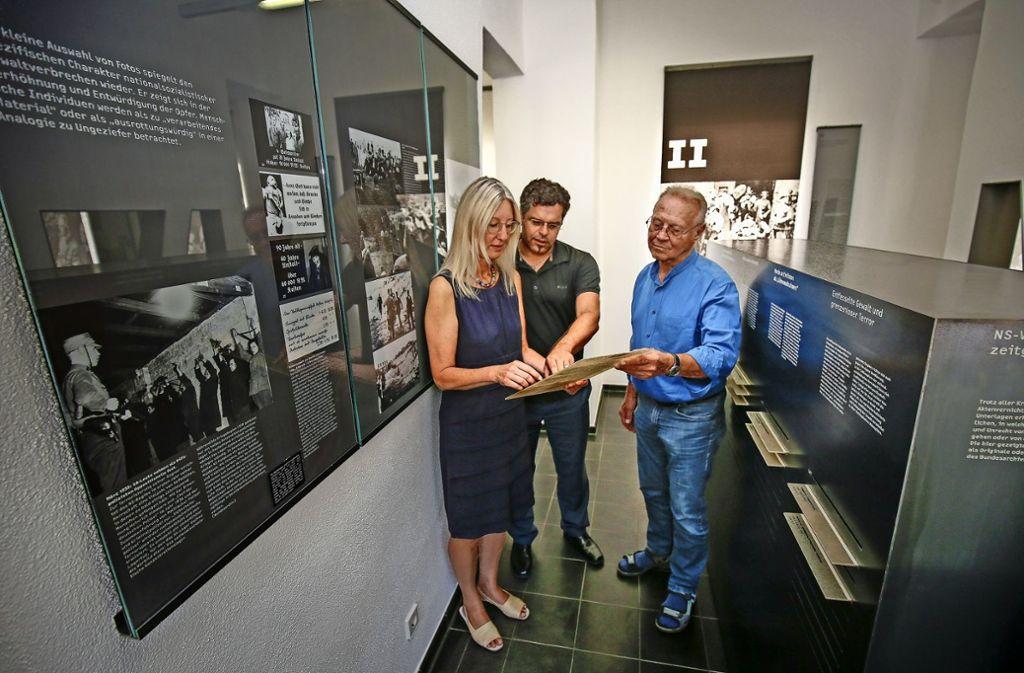 Keine Frage der Fallzahlen:  Ingrid Hönlinger, Jens Rommel und Hans Pöschko (von links) blättern in einer Akte der  Zentralen Stelle. Foto: factum/Granville