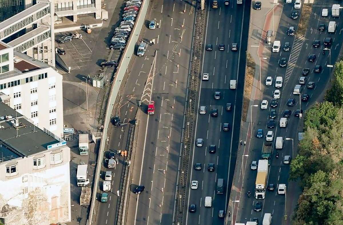 Blick auf die Berliner Stadtautobahn A100 in Höhe der Ausfahrt Alboinstraße. Hier steht ein Fahrzeug auf der Fahrbahn. Foto: dpa/Tino Schöning