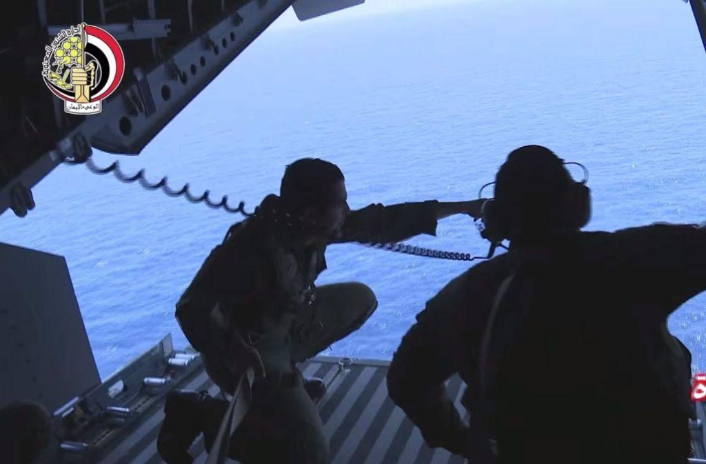 Die ägyptische Marine half bei der Suche nach den Wrackteilen und konnte jetzt eine Blackbox bergen Foto: DPA