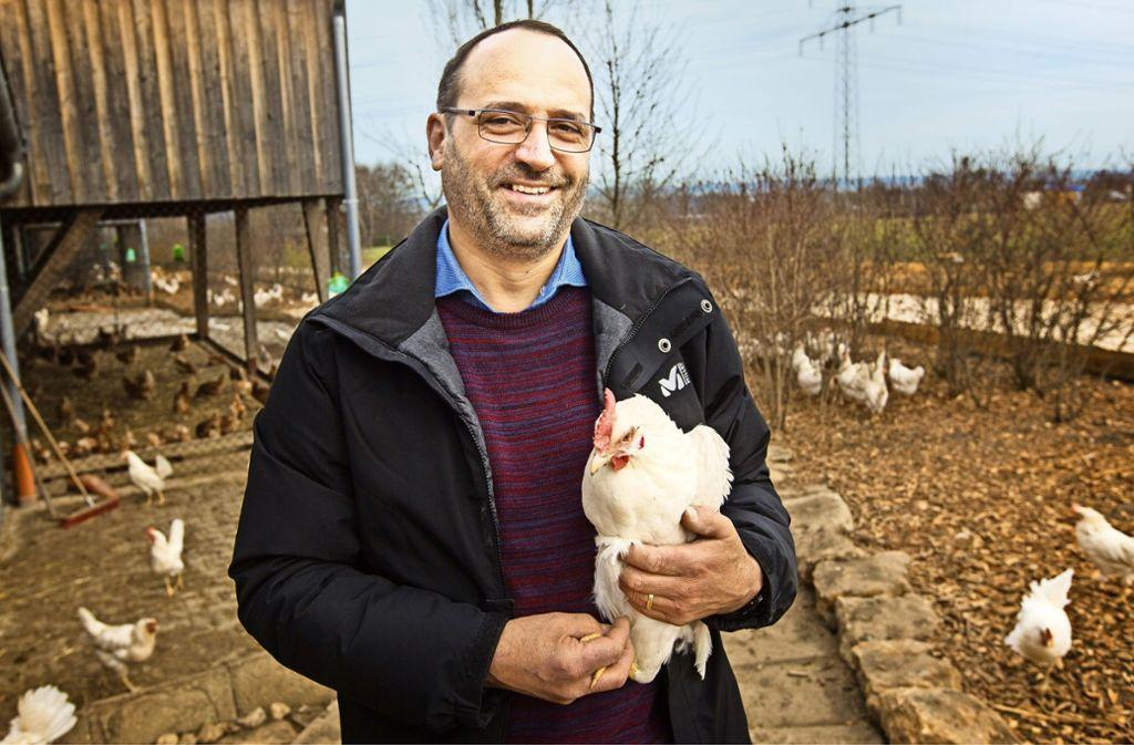 Daniel Ehmann betreibt den  Hagenauer Hof in Neuhausen. Hier leben rund 27 000 Hühner. Foto: Ines Rudel
