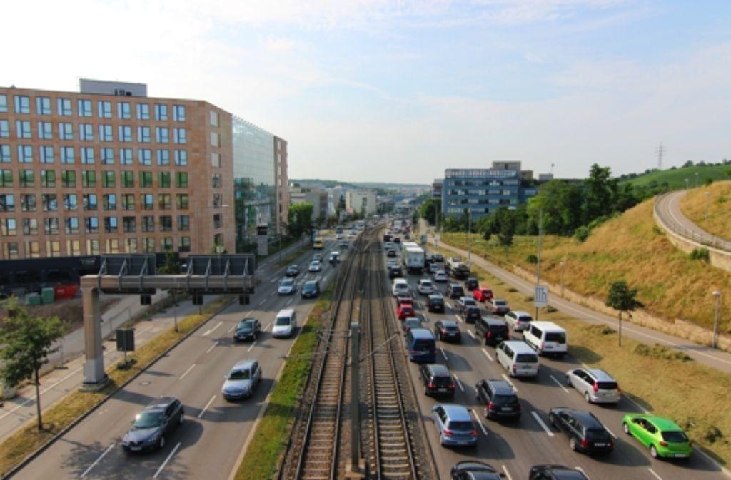 Die Heilbronner Straße von oben: In einer Serie stellen wir aus jedem der 23 Stadtbezirke Stuttgarts eine Straße aus besonderen Perspektiven vor. Beispiele sehen Sie in der folgenden Fotostrecke. Foto: Nicole Geißler