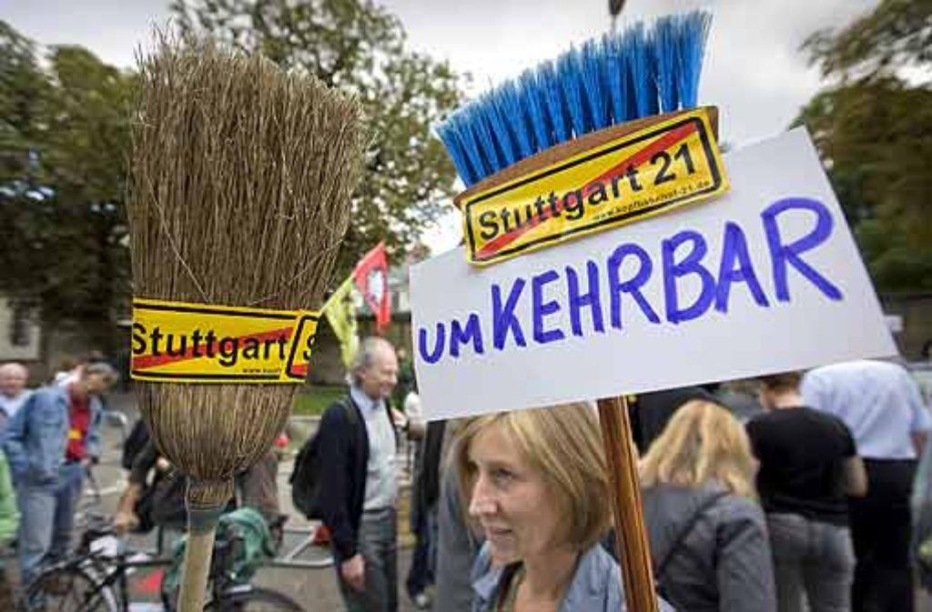 Die Bürger, die vor dem Staatsministerium demonstriert haben, wollen Stuttgart 21 stoppen. Foto: Steinert