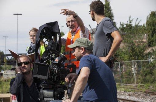 """Regisseur Dito Tsintsadze (mit der Warnweste) dreht unter anderem in Stuttgart eine Komödie mit dem Arbeitstitel """"Wettbewerb"""". Eindrücke vom Filmset zeigen wir in der Fotostrecke. Foto:  Foto: Philip Kottlorz"""