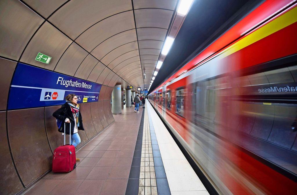 Wie geht es weiter mit der S-Bahn am Flughafen? Darüber gibt es unterschiedliche Ansichten. Foto: dpa