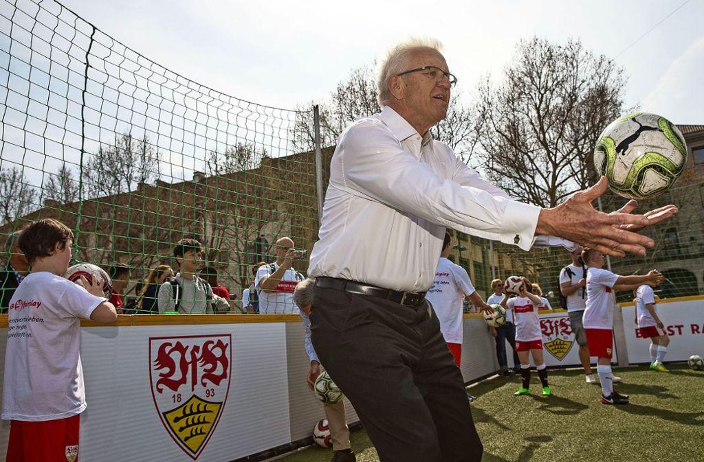 Fangen und gleichzeitig schießen: Winfried Kretschmann kommt beim Inklusionsprojekt  Pfiff ganz schön ins Schwitzen. Foto: Lg/Piechowski
