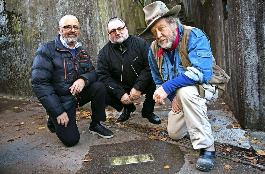 Künstler Gunter Demnig (rechts) und die Brüder Arne (links) und Paol Mueller bei der Verlegung  der   neuen Stolpersteine. Foto: Ines Rudel