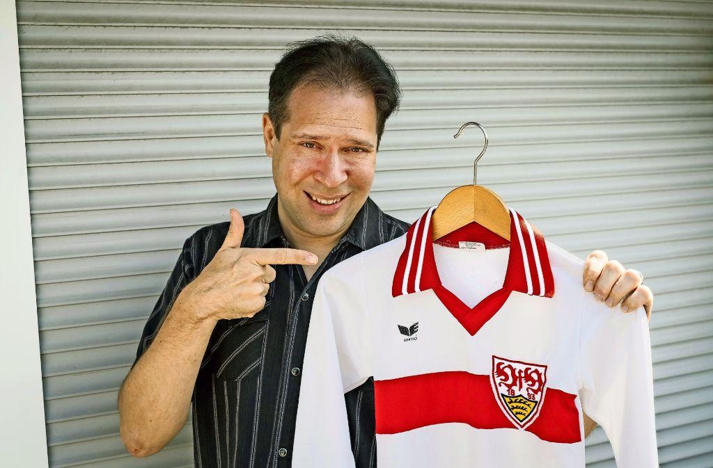 Das Trikot aus der  F-Jugend beim VfB hält Oliver Klein in Ehren. Foto: Lg/Max Kovalenko