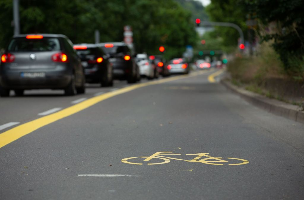 Die gelben Markierungen zeigen an, was Sache ist: Links die Autos, rechts die Zweiräder. Foto: Leif Piechowski