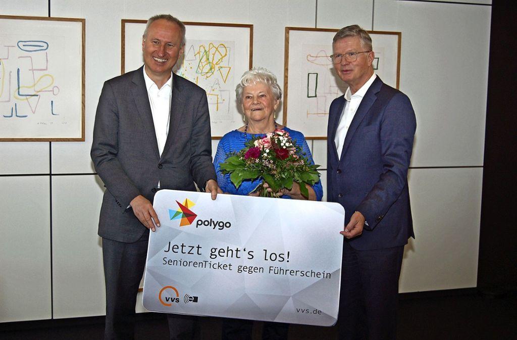 VVS-Geschäftsführer Horst Stammler, Josefine Passow und Landrat Heinz Eininger (von links) bei der symbolischen Übergabe des Seniorentickets. Foto: Landratsamt Esslingen