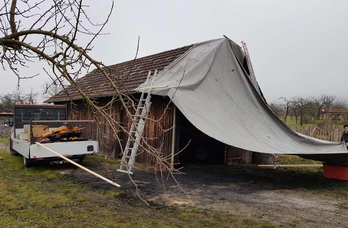 Am Samstagmittag sind die Aufräumarbeiten in der beschädigten Scheune in vollem Gang. Foto: Harald Beck