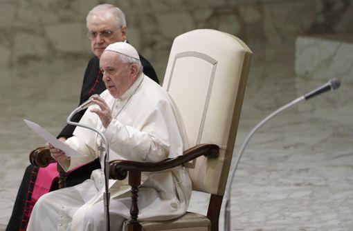 Papst Franziskus hält an Zölibat fest