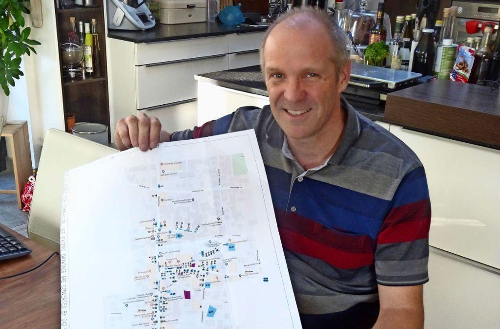 Dominique Weig hat auf seinem Plan alle Krautfeststände im Blick. Foto: Theresa Ritzer