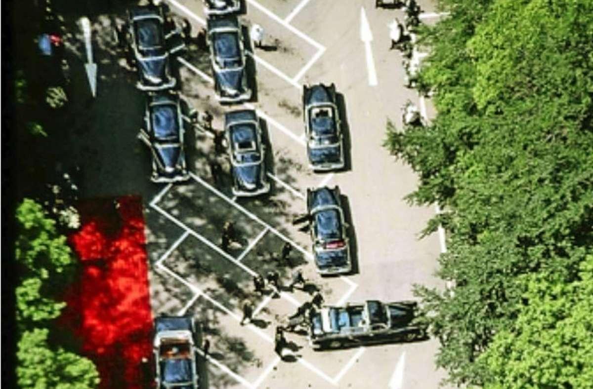 Das Auto von Prinz Philip wird beim Staatsbesuch im Mai 1965 vor dem Fernsehturm angeschoben. Foto: Kurt Reim