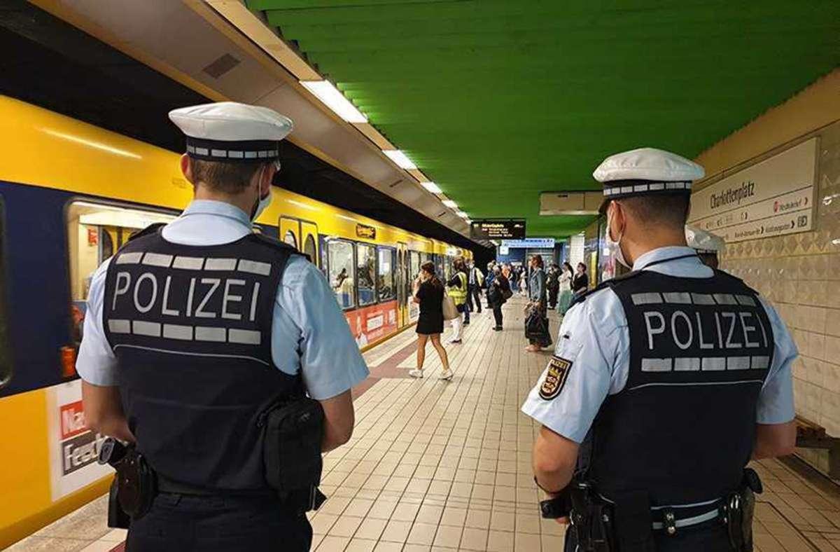 Die Polizei kontrolliert die Maskenpflicht im öffentlichen Nahverkehr – hier am Charlottenplatz. Foto: SSB