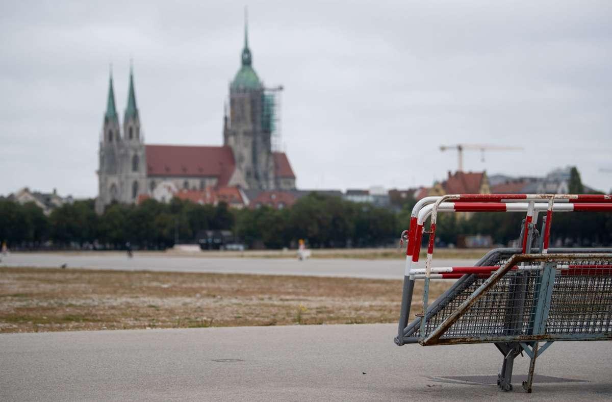 Absperrgitter stehen auf der Theresienwiese.  Normalerweise wäre auf der Theresienwiese am 19. September 2020 das Oktoberfest eröffnet worden. Foto: dpa/Sven Hoppe
