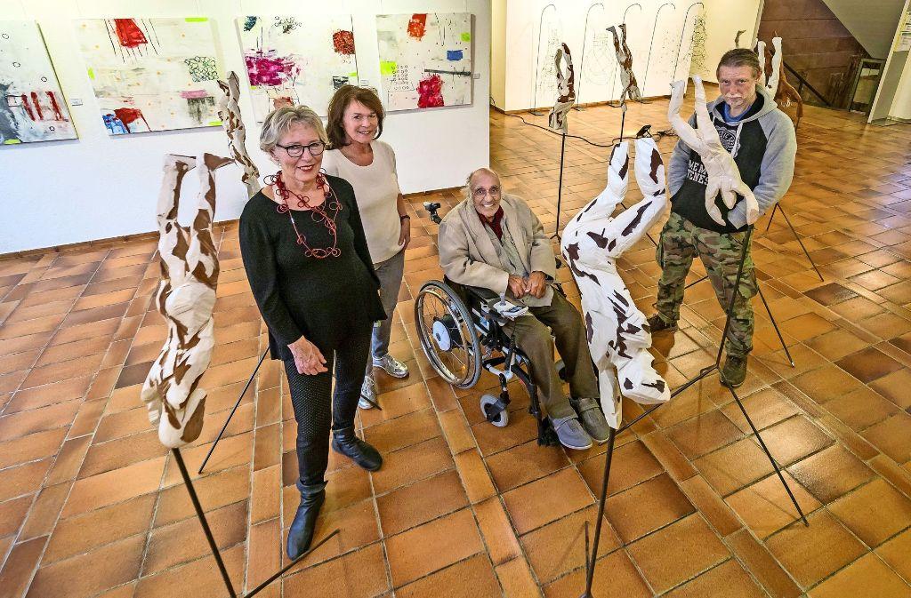 """Die Künstler Edel Zimmer, Margarete Eckert-Preisser, Bernhard Jablonski und Claus Staudt (von links) stellen aus. Eine politisch aktuelle Skulptur von Claus Staudt: Diese Holzfigur hat an sich keinen Namen, könnte aber """"Das dritte Geschlecht"""" heißen. Foto: factum/Weise"""